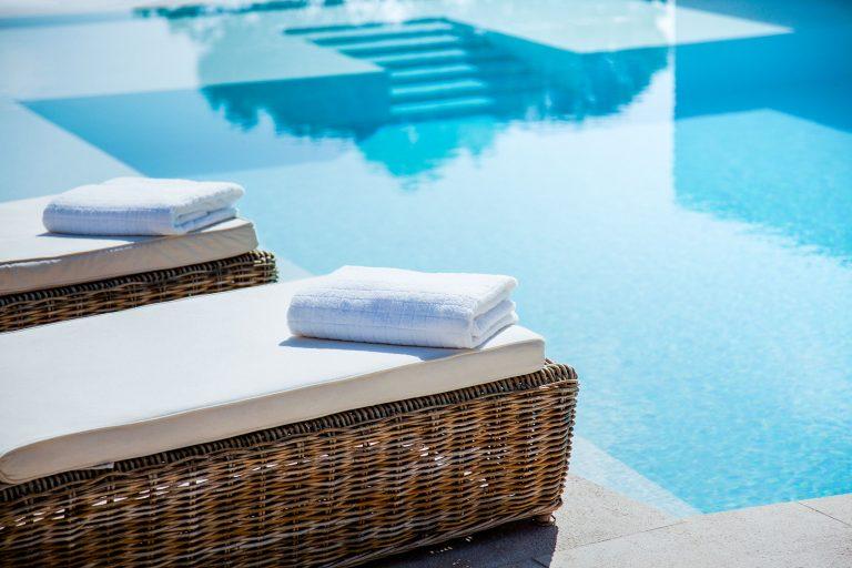 Chaises au bord de la piscine