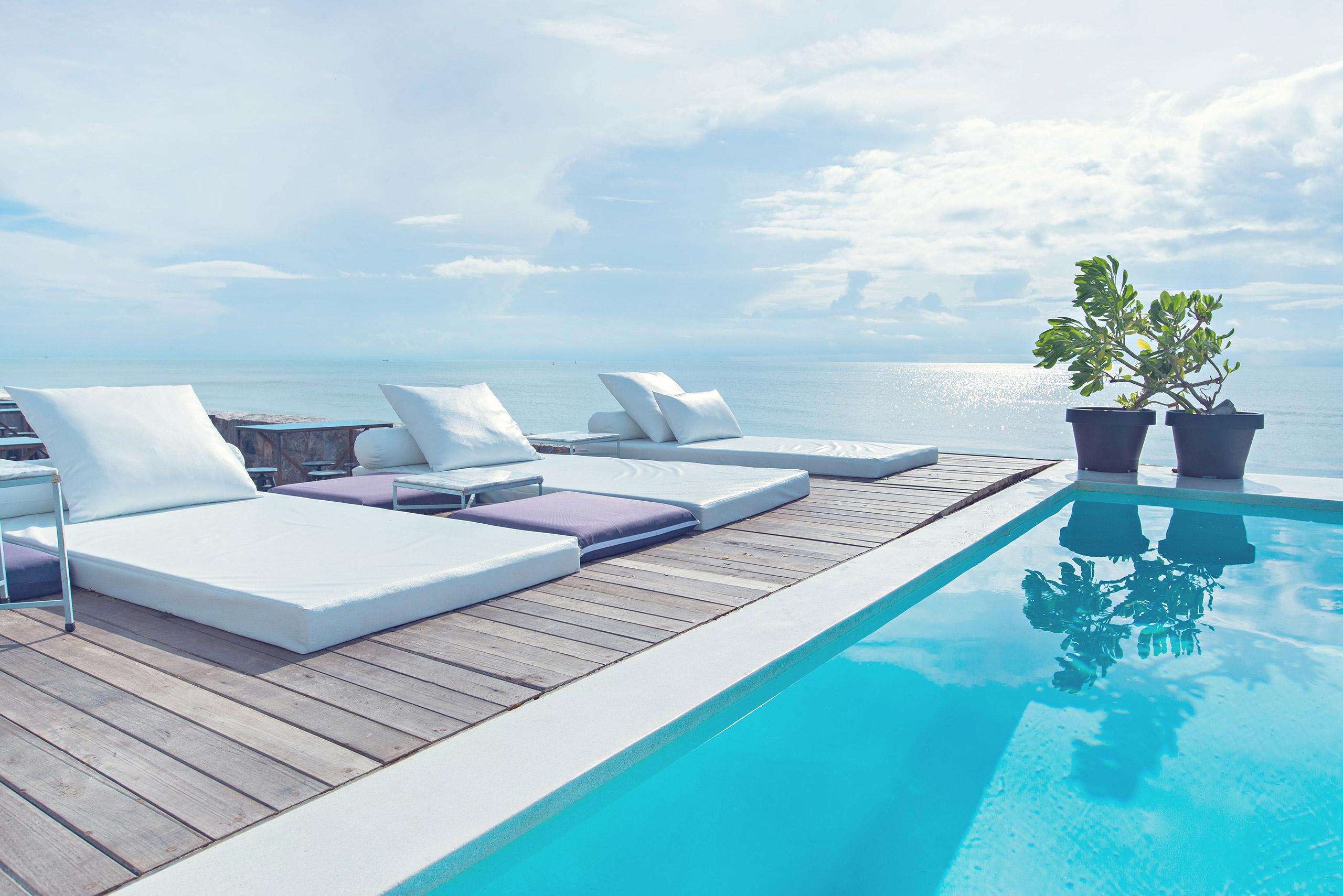 Chaises et piscine